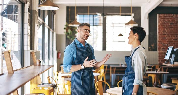 restaurant-manager-employee-talking